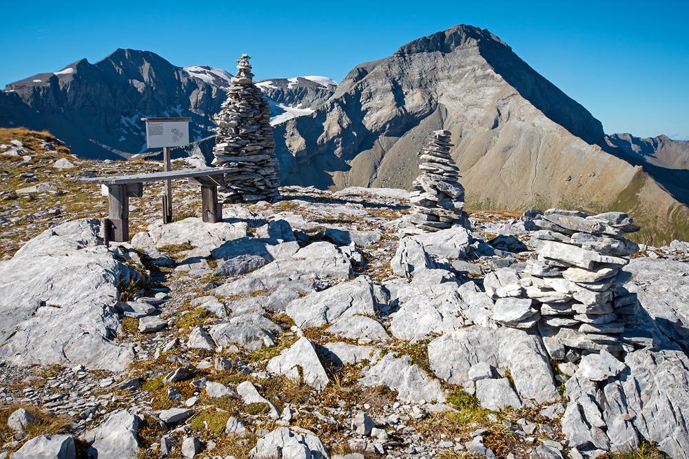 Raststelle mit Blick auf das Trinserhorn (Piz Dolf), 3028 m mit einem sichtbaren Teil der Glarner Hauptüberschiebung